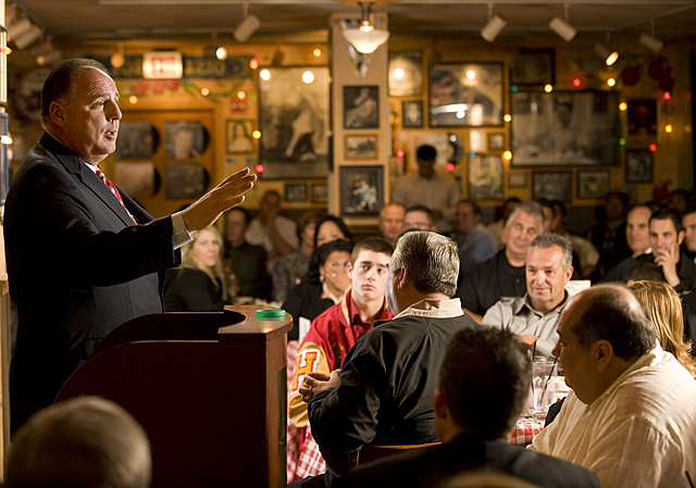 os Angeles Angels of Anaheim manager Mike Scioscia speaks during Hot Stove Dinner at Buca di Beppo Restaurant in Claremont .