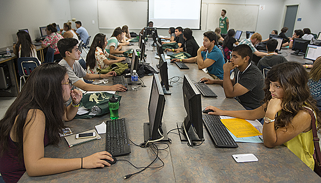 Orientation students learn how to navigate online services at Cal Poly Pomona.